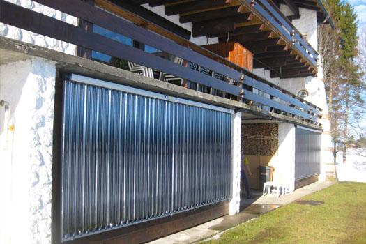 An die Wand montierte Solar-Kollektoren