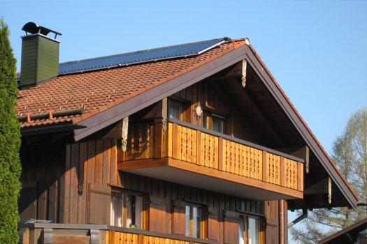 Solar-Kollektoren am Dachgiebel